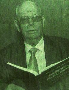Акад. Николай Попов представя новия учебник по имплантология.